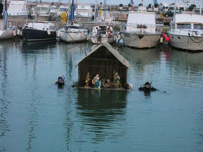 La capanna della Natività riemerge dalle acque grazie ai sub